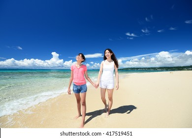 Parent and child to relax at the beach