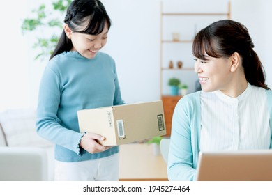 Parents and children shopping online