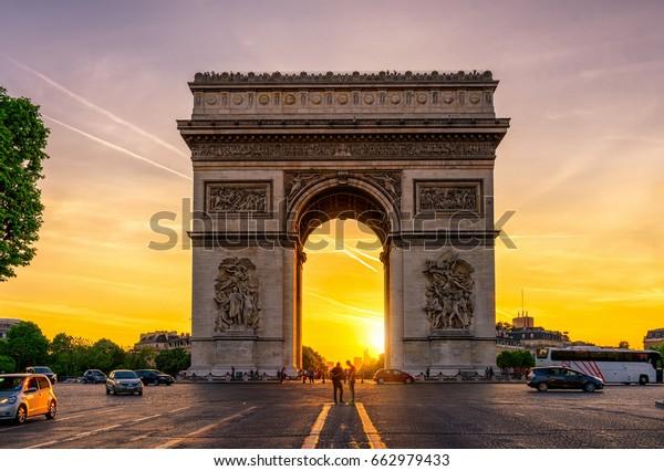 Триумфальная арка Парижской Триумфальной арки в Елисейских полях на закате, Париж, Франция. Архитектура и достопримечательности Парижа. Открытка Парижа
