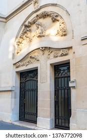 Paris, beautiful door rue Alfred Dehodencq, Art nouveau style, with sculptured stone on the girder