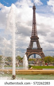 Paris, France, 26 april 2012 the musical fountains: The Eiffel Tower seen from Trocadero.