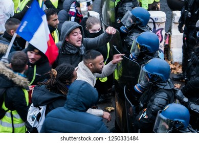 Paris, France, Gilets jaune 1.12.18, Protestors are arguing with the police to be able to go to Place de la Concorde