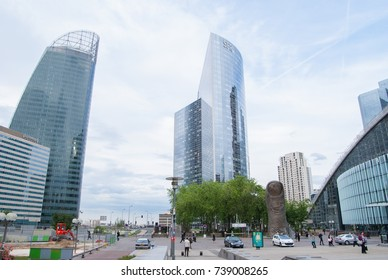 PARIS, FRANCE - JUNE 8, 2010 : A Bronze Monument Of A Giant Thumb At The Centre Of Business DIstrict Of La Defense.