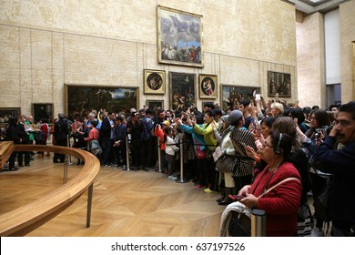 PARIS, FRANCE, MARCH 27, 2017 : visitors in the joconde great gallery at the Louvre museum, march 27, 2017, in Paris, France