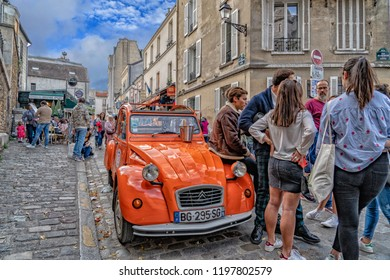 PARIS, FRANCE - OCTOBER 6 2018 - Montmartre is full of tourist on sunny sunday day in popular destination church