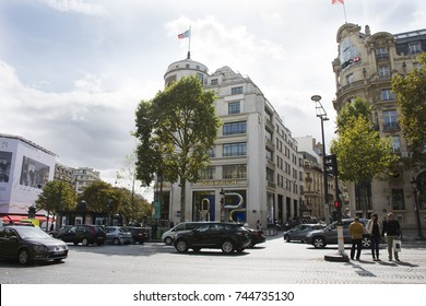 PARIS, FRANCE - SEPTEMBER 6 : French people and foreigner travlers walking visit and shopping at sidewalk in L'avenue des Champs-Elysees on September 6, 2017 in Paris, France