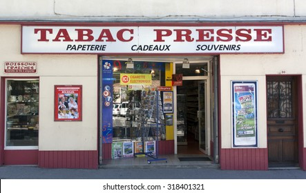 paris , France-september 7, 2015: French store that sells office supplies, souvenis,tabac and newspapers