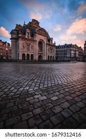 Pariser Tor in lila bei Sonnenuntergang
