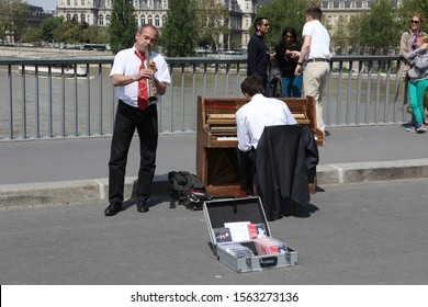 PARIS - MAY 04: Unidentified musician play before public outdoors on May 04, 2013 in Paris, France. Everyday more 100 buskers perform on the streets and in the metro of Paris