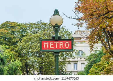 Parisian underground singboard