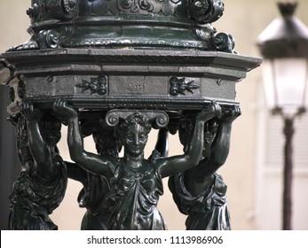Parisian Wallace fountain and lamppost / Fontaine Wallace parisienne et réverbère