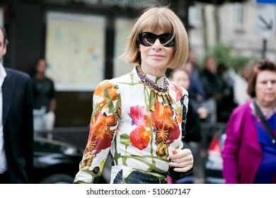 """PARIS-OCTOBER-1, 2016: VOGUE redactrice """"Anna Wintour"""" is going to a fashion show in Paris. Paris fashion week: Ready to wear 2017,2018."""
