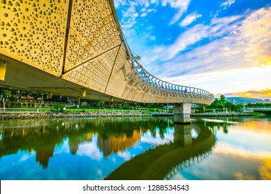 In the park of Kaohsiung, Taiwan, there is a bridge like an ancient dragon. It is quite beautiful when the lights are lit at night, and it is also a good place for leisure sports.
