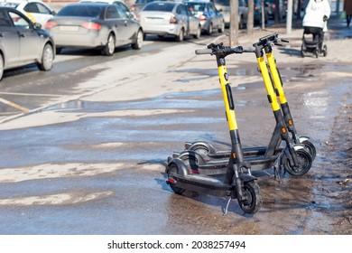 Parkplatz für Motorroller Vermietung auf den Straßen der Stadt.