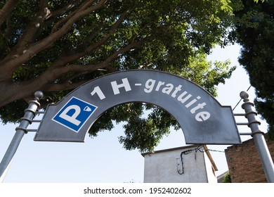 parking sign with p car icon and text french means 1h gratuite parked free for one hour