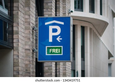 parking sign showing available parking spot   (german : frei)  -  parking lot