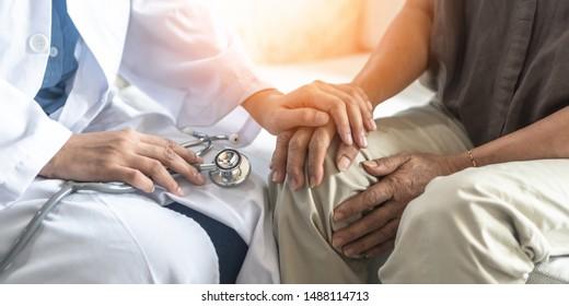 Patienten mit Morbus Parkinson, Arthritis Hand-und Kniegelenke-Schmerzen oder Konzept der psychischen Versorgung mit geriatrischen Ärzten, die ältere Erwachsene in einer medizinischen Prüfklinik oder einem Krankenhaus untersuchen