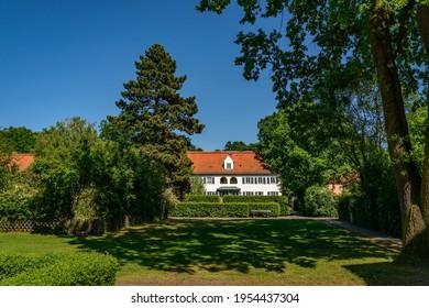 "Park-like garden at Berlin ""Gartenstadt Siemensstadt"" (""Garden City Siemensstadt"", a listed housing estate from the 1920s [no property release required!]"