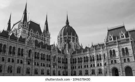 Parlament . Black and white.	Neogothic, eclectic building.