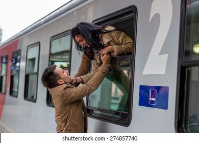 bei der Ankunft oder bei der Verkleidung auf einem Bahnsteig am Bahnhof