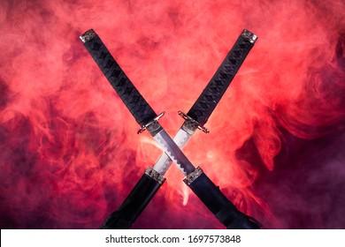 Teilgezeichnete Klingen von zwei Katanen in rotem Rauch