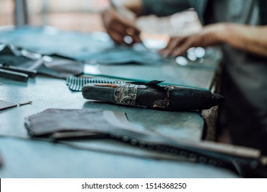 A particular object that is used in the handmade shoe industry, which consists of a very hard stone and a handle and serves to sharpen the blade with which the leather is cut.