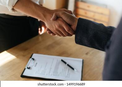 Partnerschaft. zwei Geschäftsleute, die nach Vertragsunterzeichnung im Sitzungssaal im Firmenbüro, Bewerbungsgespräch, Investor, Erfolg, Verhandlung, Partnerschaft, Teamwork, Finanzkonzept Hand Hand Hand Hand schütteln