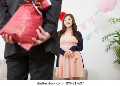 Pass the gift men of Japan are in Japanese women