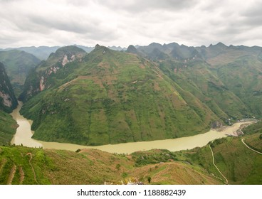 Mã Pí Lèng Pass Vietnam , elevation 1,500 metres (4,900 ft) Location	Hà Gia. The road was first built by Yao, H'mong, Tay and Lolo minority people.
