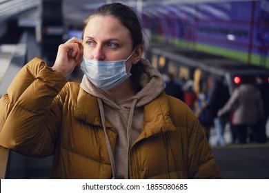 Ein Passagier in der U-Bahn zeigt, wie falsch es ist, eine Gesichtsmaske anzuziehen