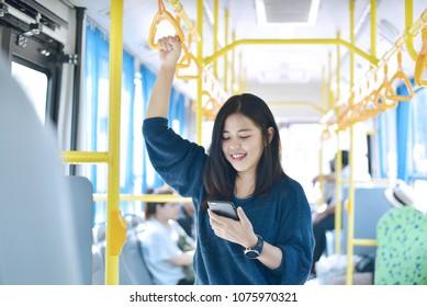Le passager utilise un smartphone dans le bus ou le train, le mode de vie technologique, le transport et le concept de voyage