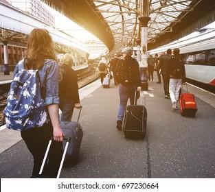 Fahrgäste, die eine Bahnhofsplattform herunterlaufen. Hinzugefügte atmosphärische Glühwirkung