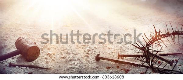 Страсть Иисуса Христа - Молот и кровавые ногти и корона шипы на засушливой земле