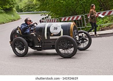 PASSO DELLA FUTA (FI), ITALY - MAY 18: unidentified drivers on an old racing car Bugatti T 13 Brescia (1921) runs in the historical race Mille Miglia, on May 18, 2013 in Passo della Futa (FI) Italy
