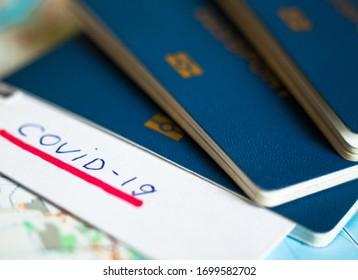 Reisepass und Vermerk mit Covid-19-Einschreibung. Ausbruch der Coronavirus-Krankheit. Reisen in Epidemiezeit. Grenzkontrolle und Quarantäne infizierter Touristen.