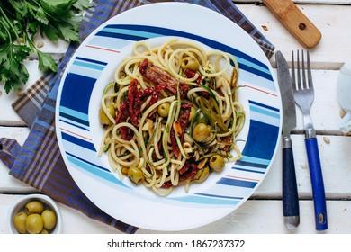 Pasta Alla Puttanesca mit Knoblauch, Oliven, Kapern, Tomate