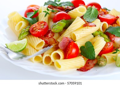 Pasta with asparagus, tomatoes and bacon