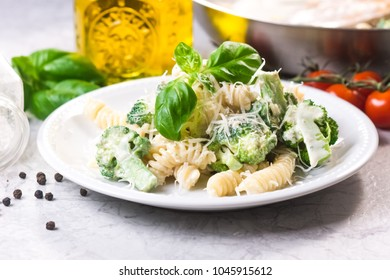 Pasta with broccoli, chicken and cream