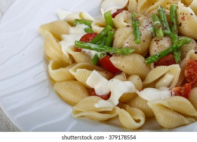 Pasta with cheese, tomato and asparagus