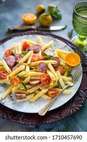 pâtes au citron, à la saucisse, à la tomate et au basilic