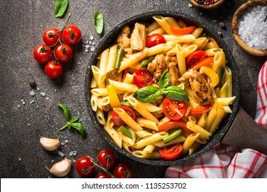 Penne de pâtes au poulet et aux légumes.