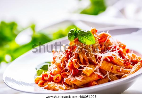Pasta Penne mit Tomato Bolognese Sauce, Parmesan Käse und Basil.