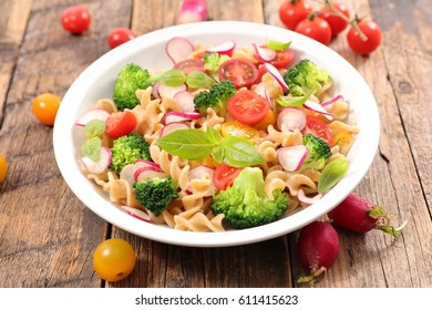 pasta salad with tomato and broccoli