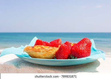 Pastel de nata with strawberries
