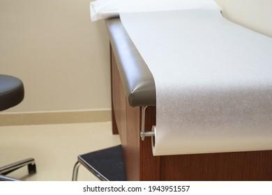 Table d'examen de patient dans un cabinet de médecins.