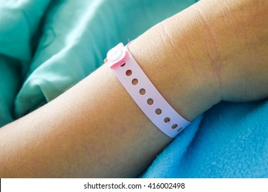 patient hand with hospital wrist tagpatient wristband name tag