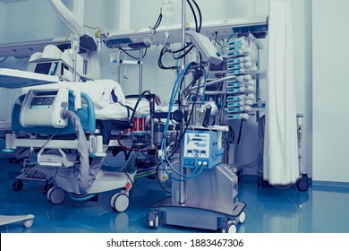 Patienten in Intensivstation, die an eine Menge lebensunterstützender Geräte angeschlossen ist.
