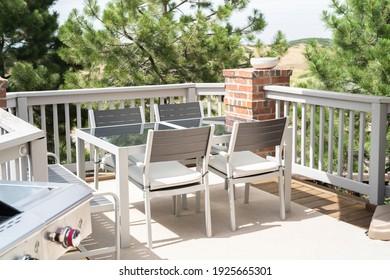 Patio d'une maison individuelle de luxe meublée de meubles modernes.