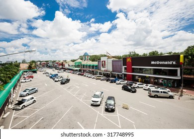 PATTAYA,THAILAND - SEPTEMBER 17 : The food shops in rest area of the motorway from Bangkok to Pattaya on Sep 17,2015