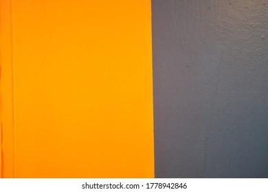 패턴과 질감이 벽에 스며들었다.